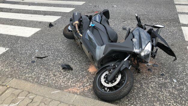 Wypadek na Bielanach, kierowca skutera w szpitalu