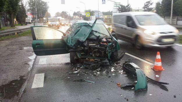 Peugeot zderzył się z autobusem na Trakcie Brzeskim