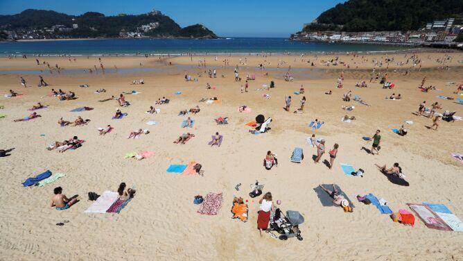 Jak bezpiecznie plażować w dobie pandemii? WHO wymienia dwa warunki