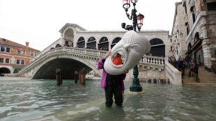 Acqua alta w Wenecji. Plac świętego Marka wciąż pod wodą